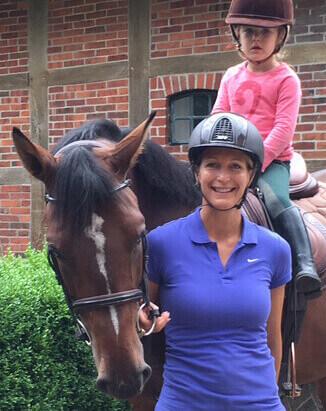Reiterin und Mutter Karolin Jubt mit ihren Kindern auf dem Heinshof