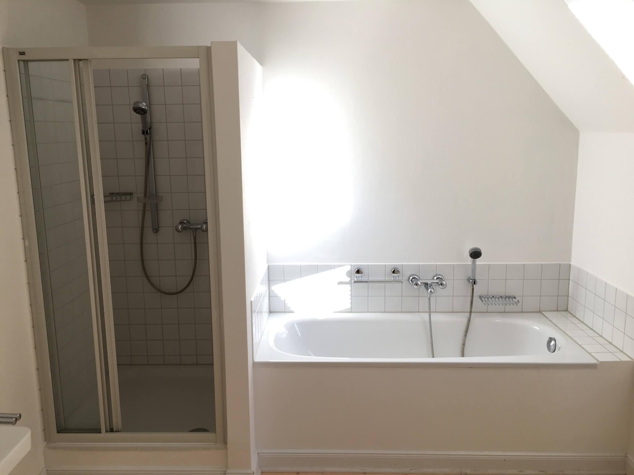 Badezimmer mit Badewanne in der Luxus-Ferienwohnung Max