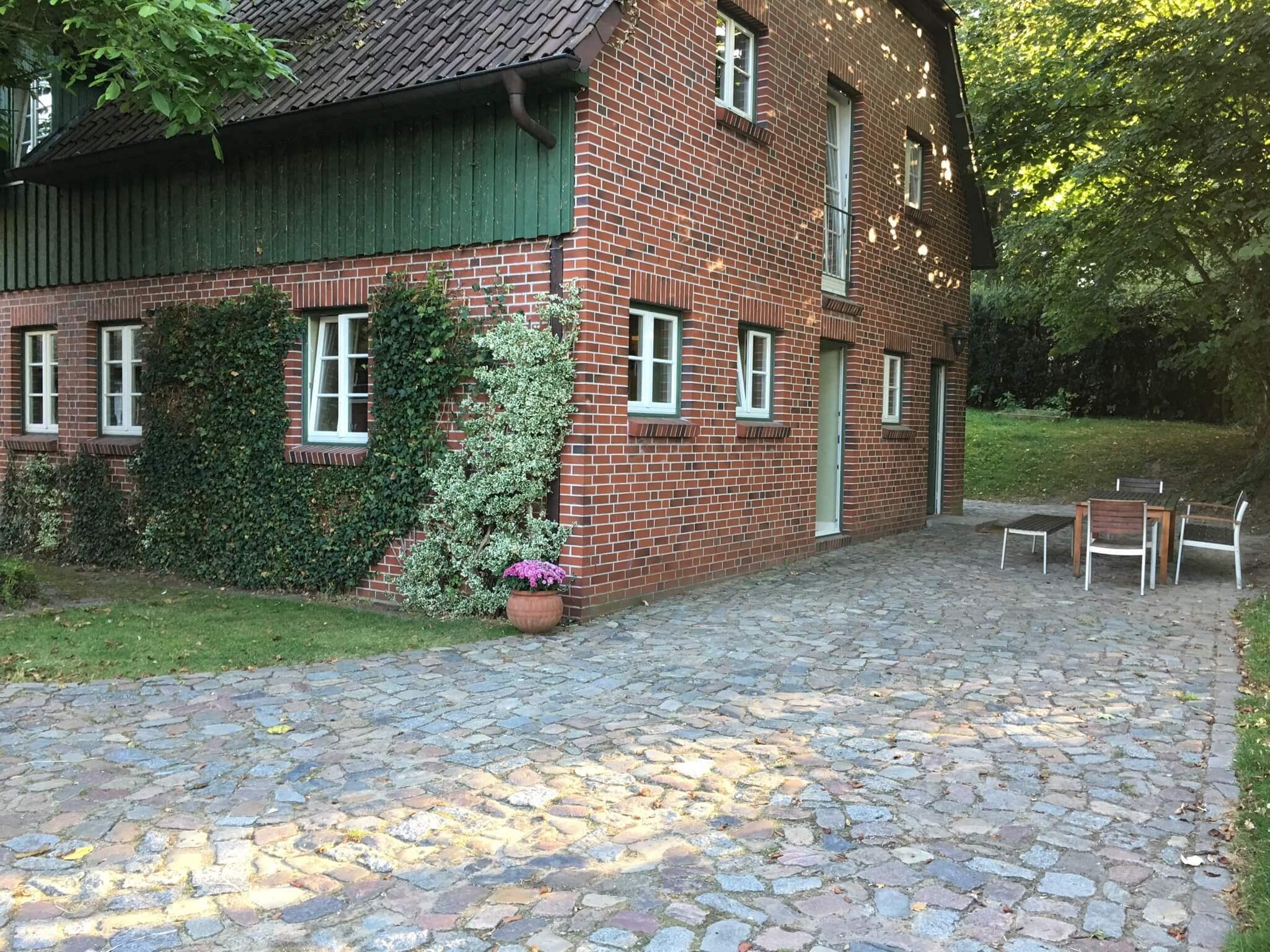 Gästehaus und Terrasse der Apartments Max und Moritz