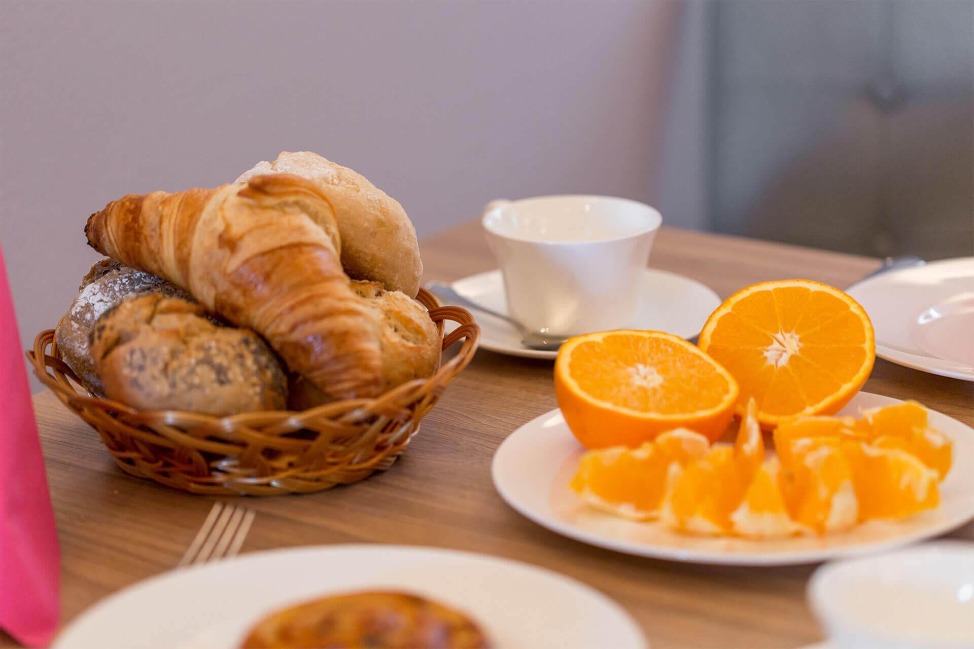 Frühstück im Reiterhotel mit ofenfrischen Brötchen vom Brötchenservice und Rosenthal Porzellan