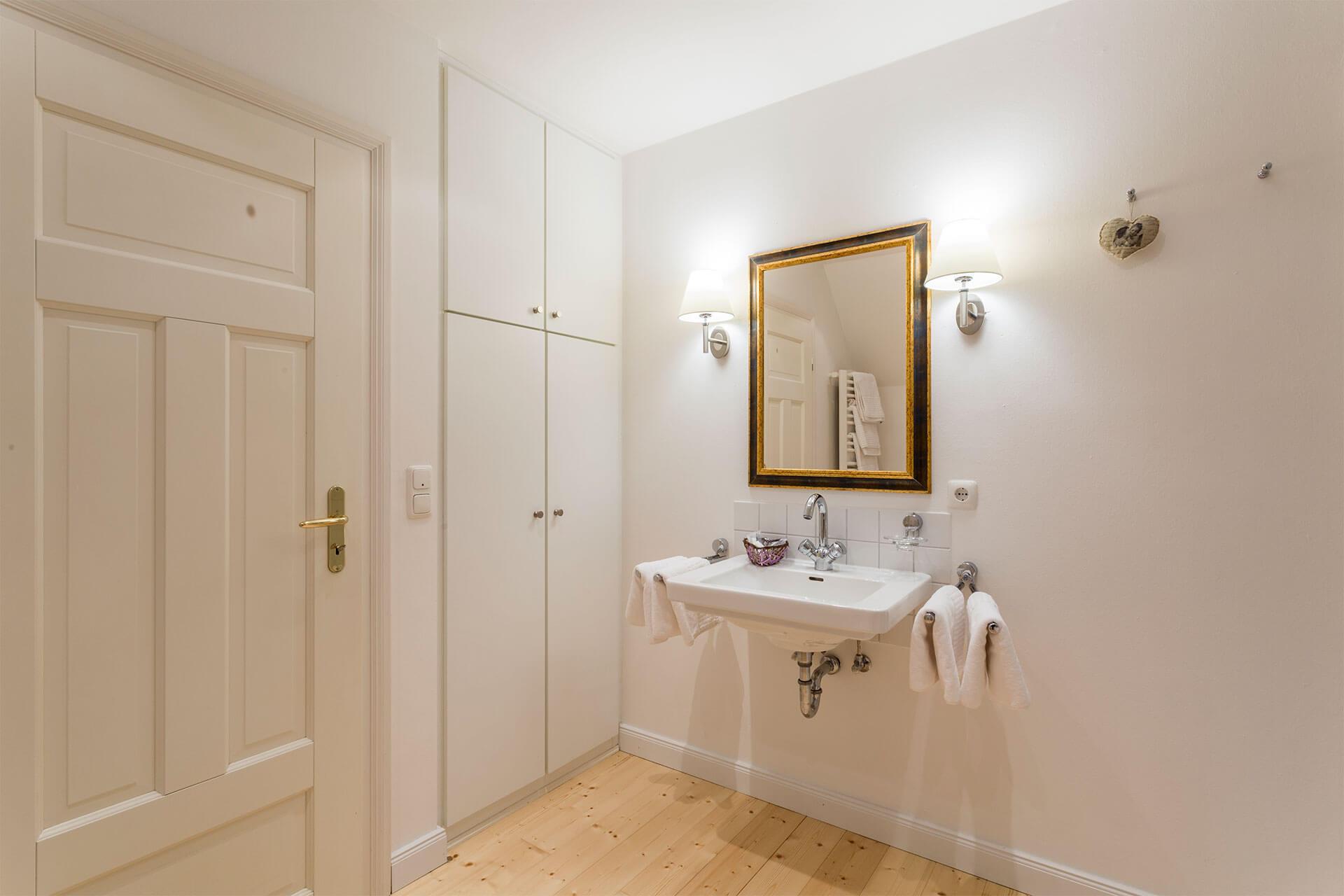 helles Badezimmer in einer Ferienwohnung auf dem Heinshof