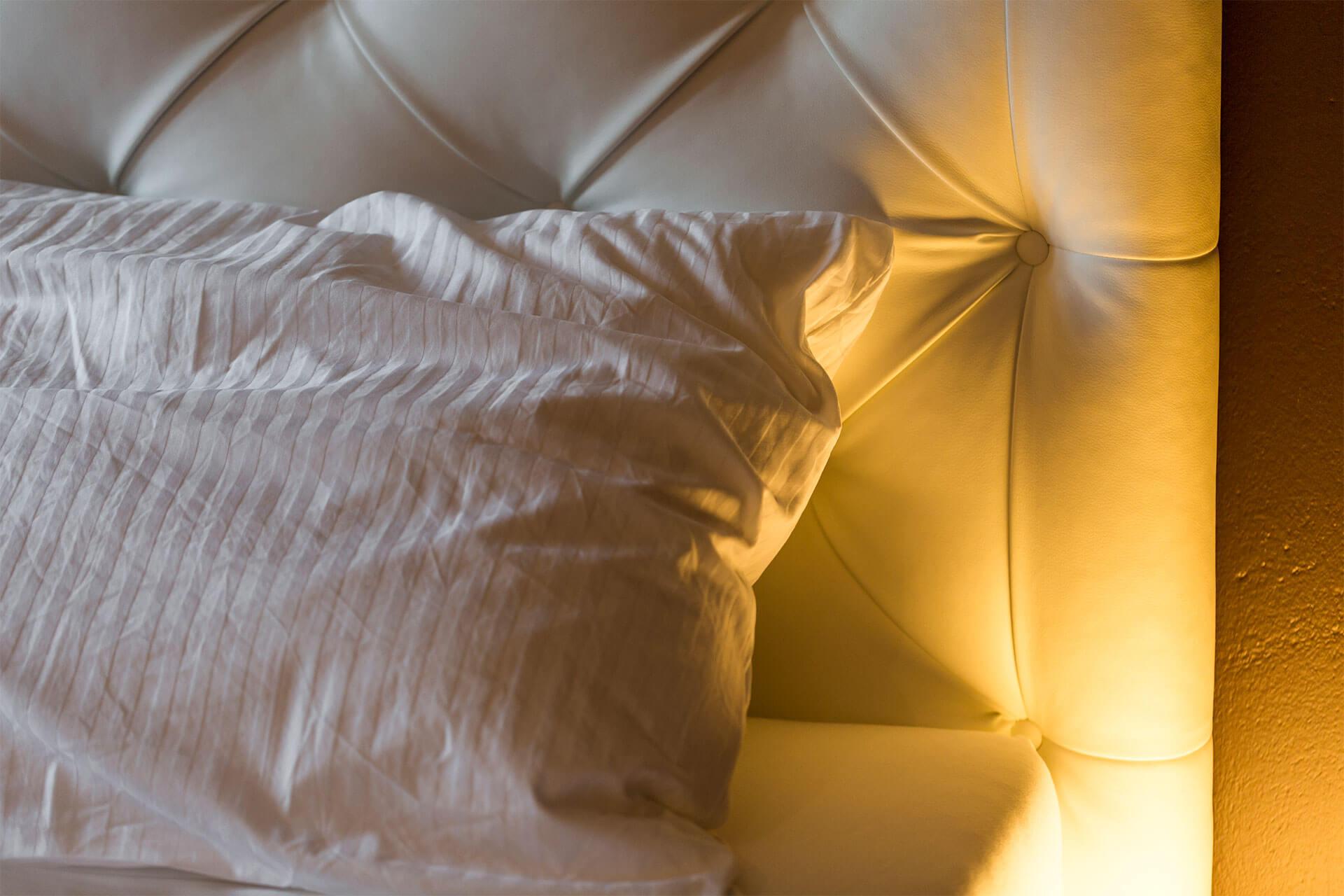 die Boxspringbetten mit kuscheliger Bettwäsche sorgen für einen erholsamen Schlaf