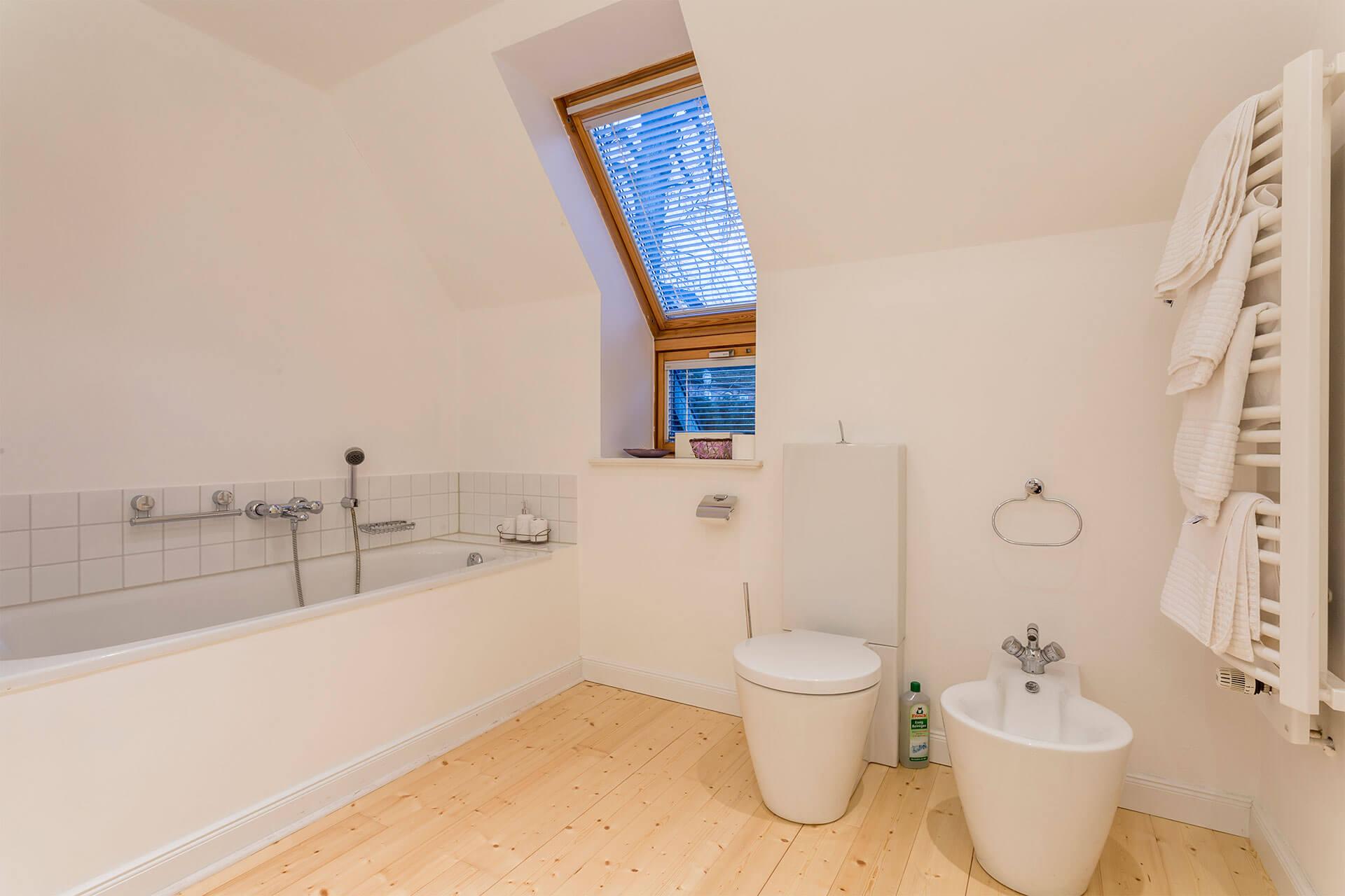 schönes Badezimmer mit Badewanne und Bidet in einer Ferienwohnung auf dem Heinshof