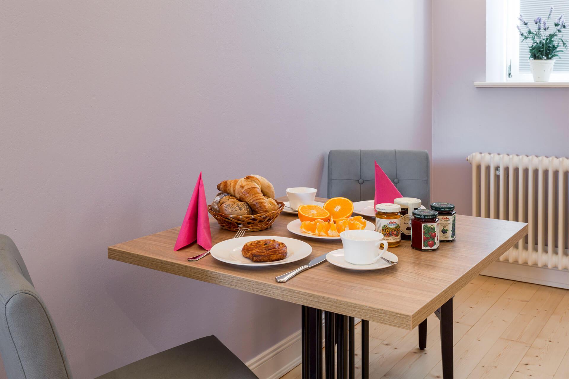 Frühstück mit ofenfrischen Brötchen vom Brötchenservice auf dem Heinshof