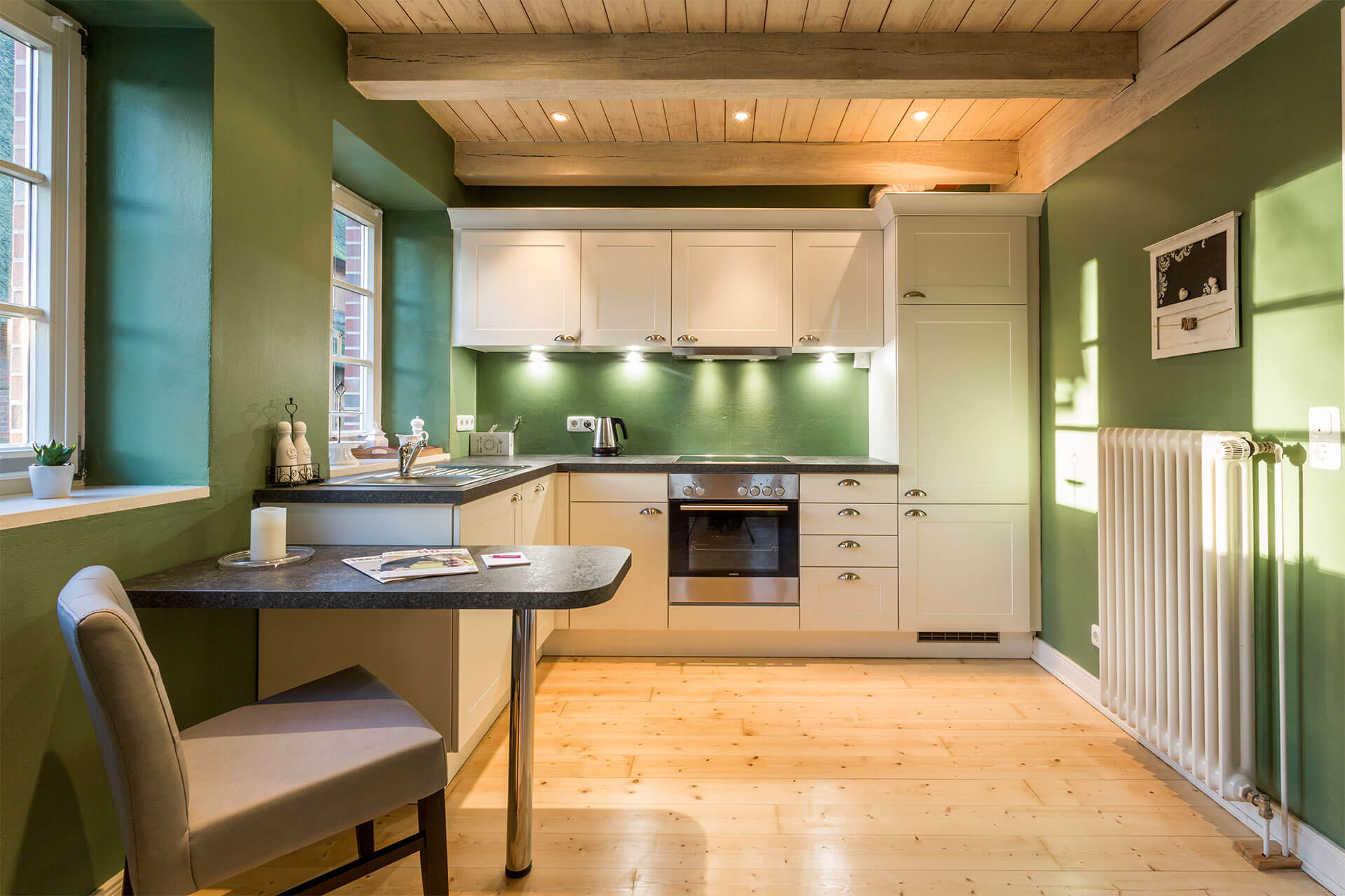 Küche im Landhausstil in Ferienwohnung Moritz
