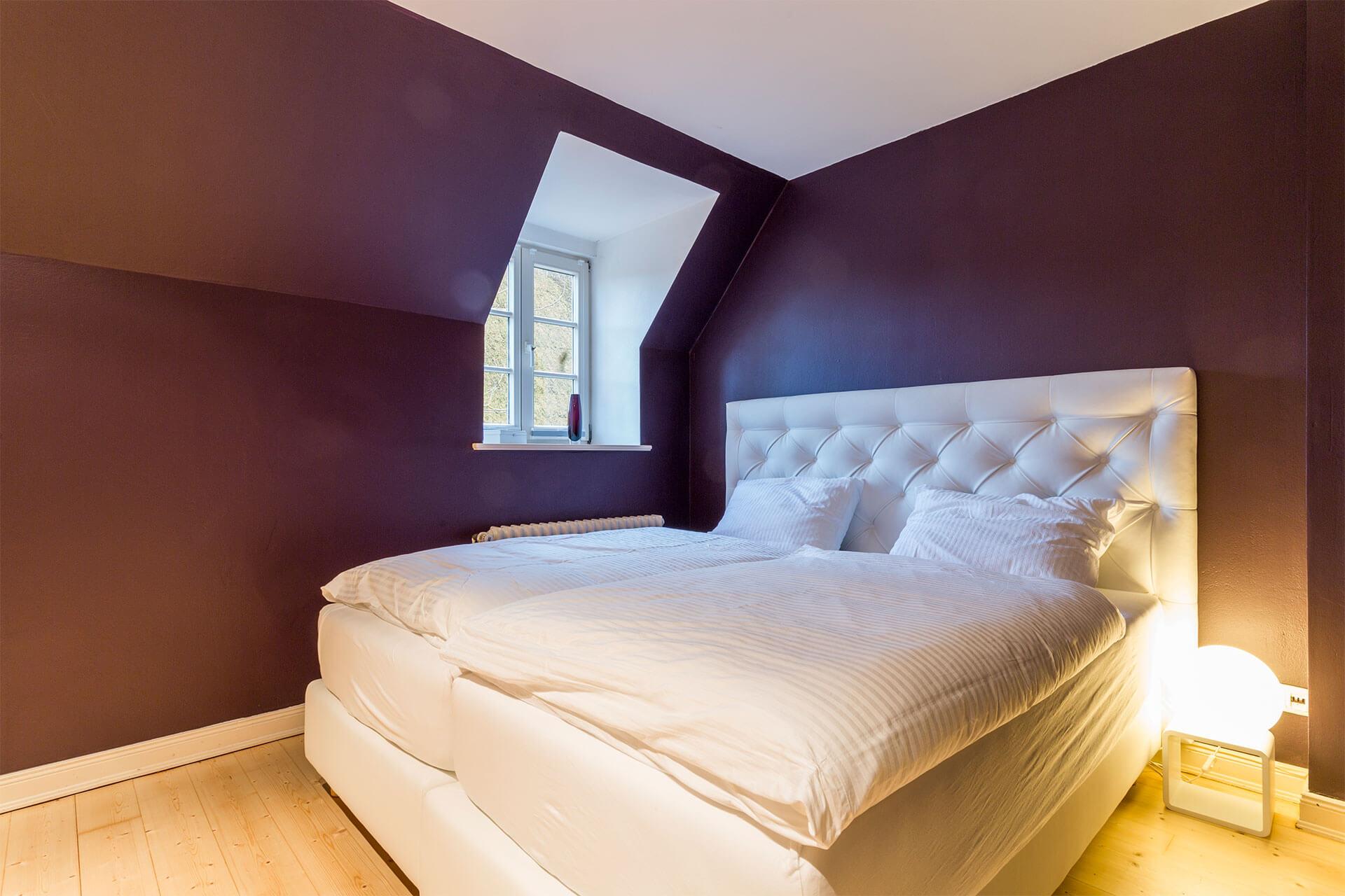 großes Doppel-Boxspringbett mit kuscheliger Bettwäsche in Ferienwohnung Max auf dem Heinshof