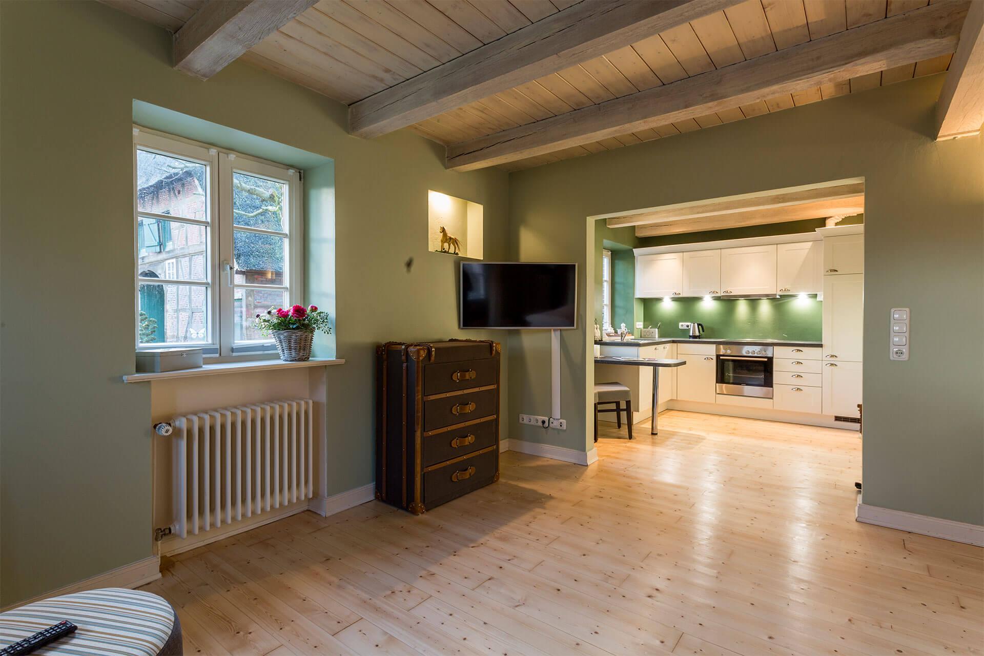 Wohnzimmer mit Blick in die Landhausküche des Apartments Moritz