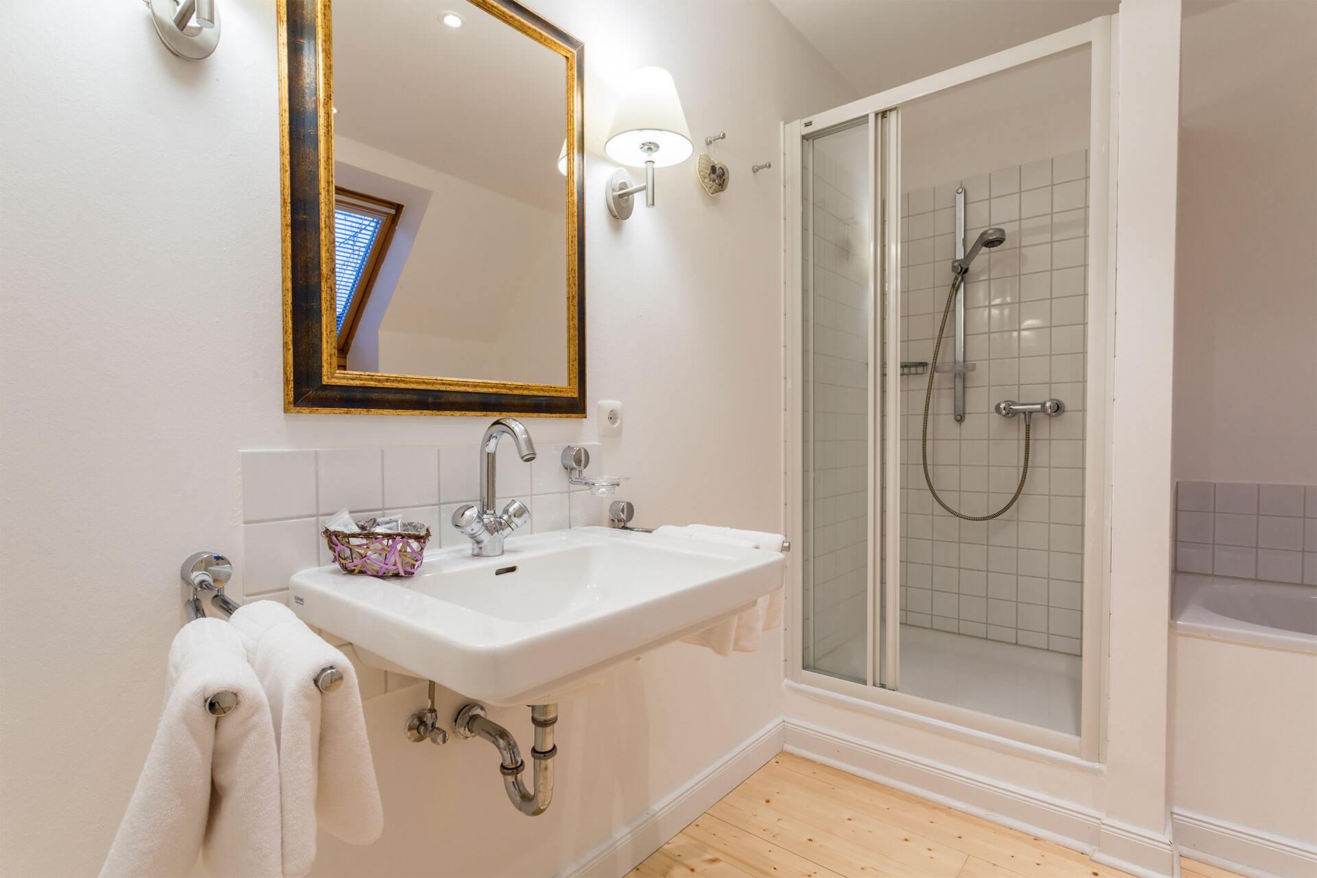 luxuriöses Bad mit Badewanne und flauschigen Handtüchern