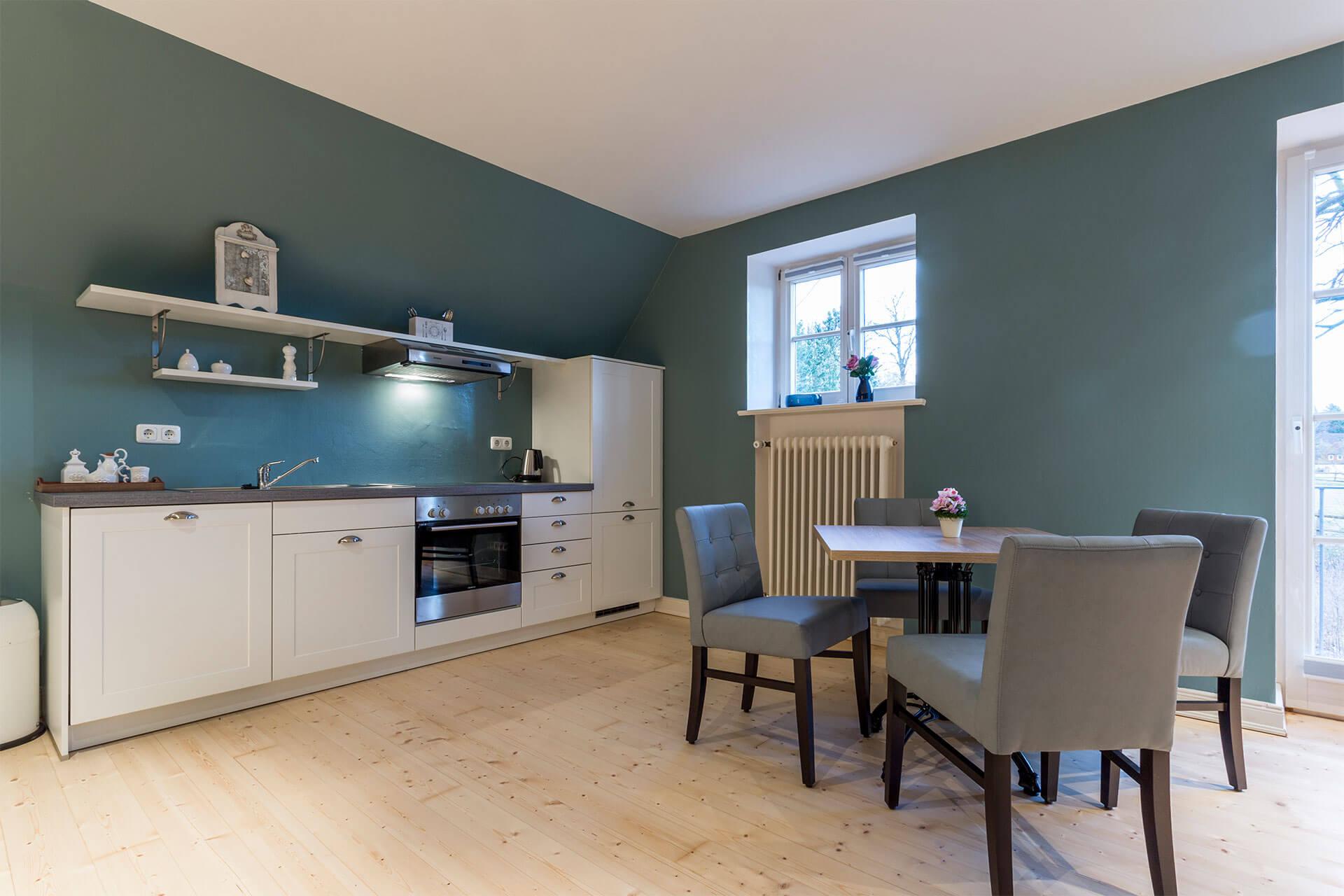 Küche im Landhausstil in Ferienwohnung Max mit Esstisch für 4 Personen